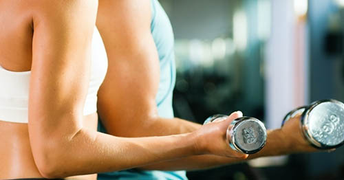 beleza-corpo-cuidado-ginastica-alongamento-academia-dieta-energia-exercicio-malhar-mulher-feliz-saudavel-vida-esporte-treinamento-atleta-biceps-forma-alteres-peso-mulher-1385991684194_956x500